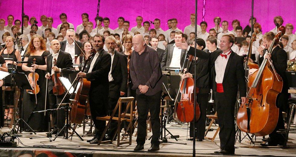 Hudební unikát, v letním kině zpíval sbor o 120 členech